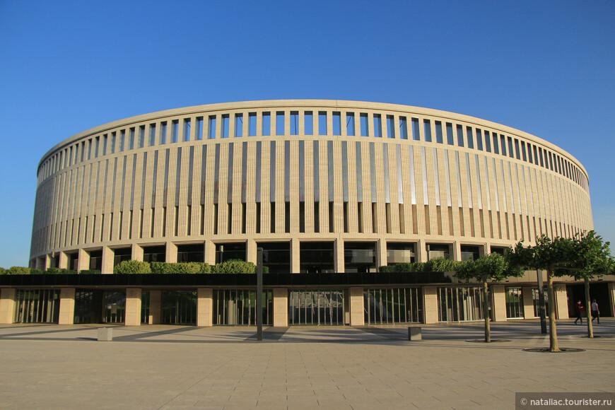 Последний взгляд на монументальное строение.