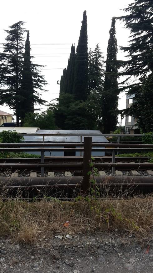 Вид из окон на железную дорогу