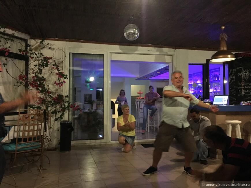 Сам хозяин танцует )))