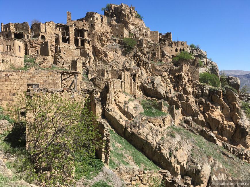 Руины невероятно живописны, благородны и не преклонили колена перед бренностью бытия и перед течением суровой правды жизни.