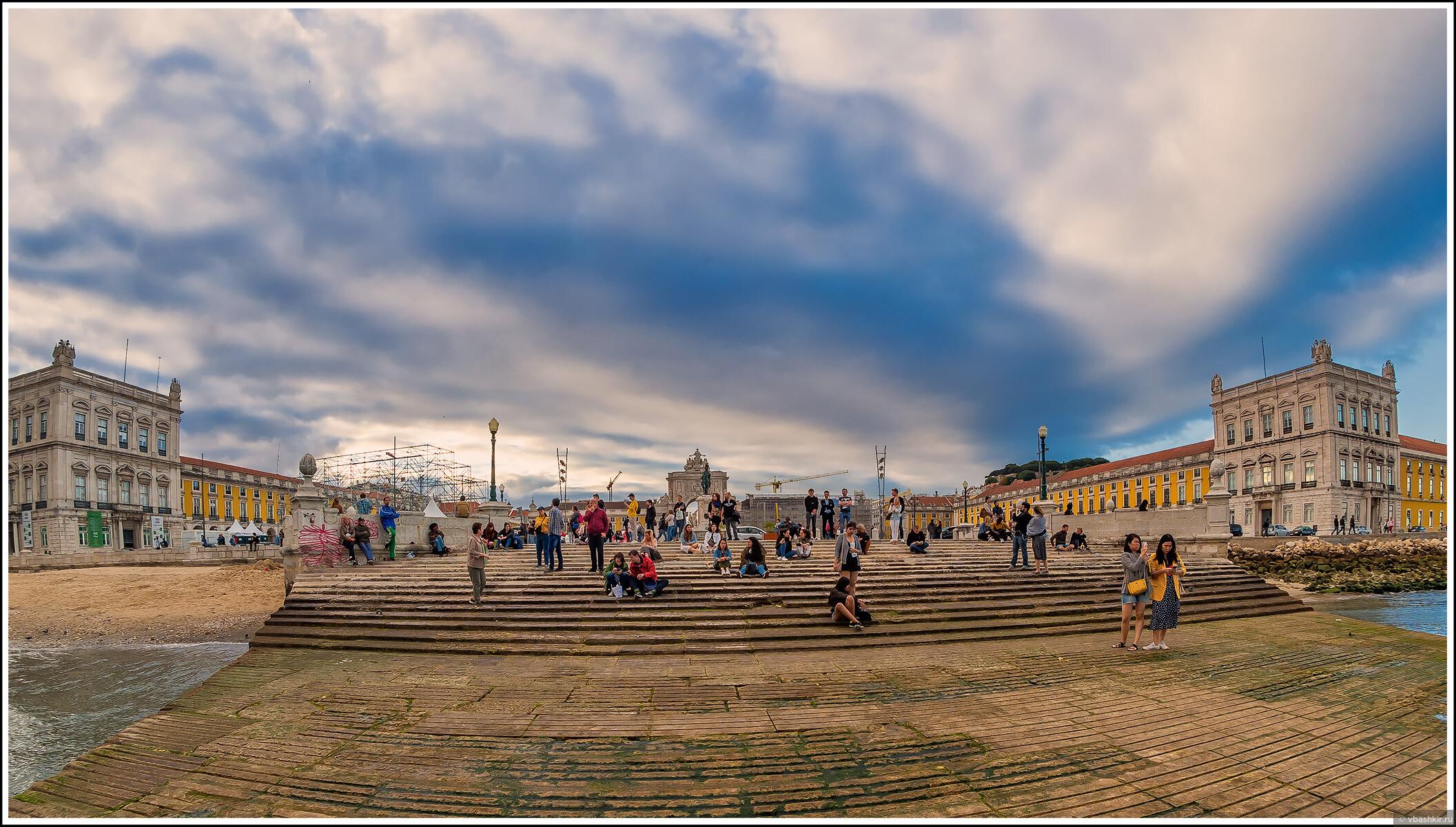 Лиссабон. Вид на площадь Коммерции от причала., Я и лаг у троп. Португалия! (палиндром)