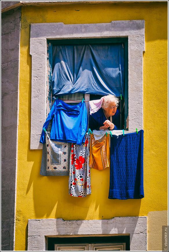 Бабушка в белье. Лиссабон.