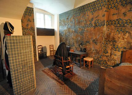 1280px-Marie_Antoinette's_Cell_at_Conciergerie.jpg
