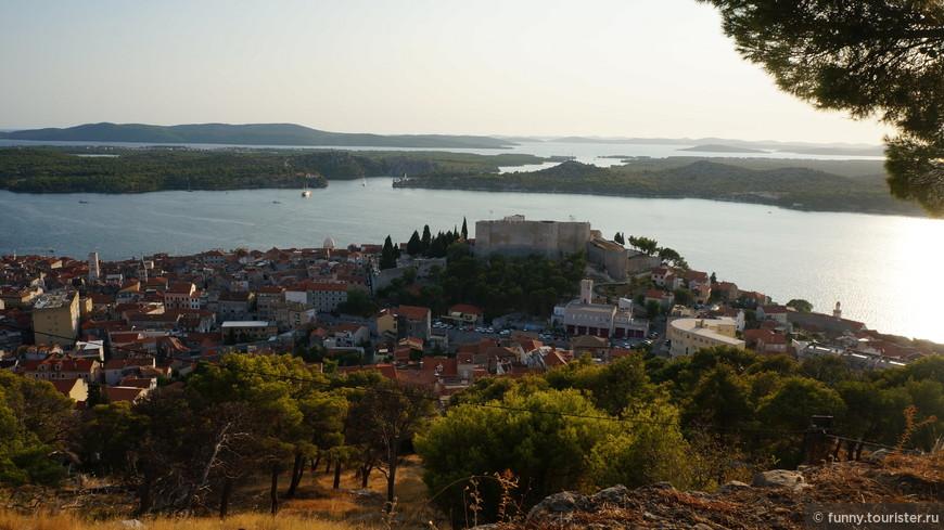 Крепость Св. Михаила расположена на одной из верхних улиц города Шибеника (на высоте около 70 метров над уровнем города). Крепость построена из белого камня в XV-XVII веках.