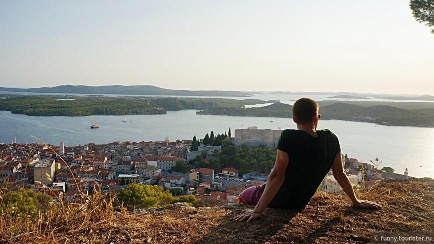 Вид с крепости Св. Иоанна .Крепость находится в удивительно живописном месте. С холма открывается великолепный вид на пресноводное озеро, которое образовывает река Крка перед самым впадением в море.