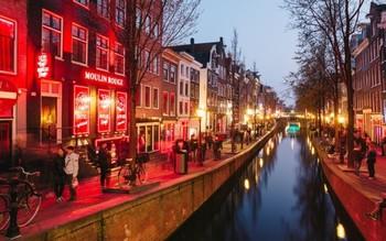 Туристов предупреждают об опасности ночных посещений Квартала красных фонарей в Амстердаме
