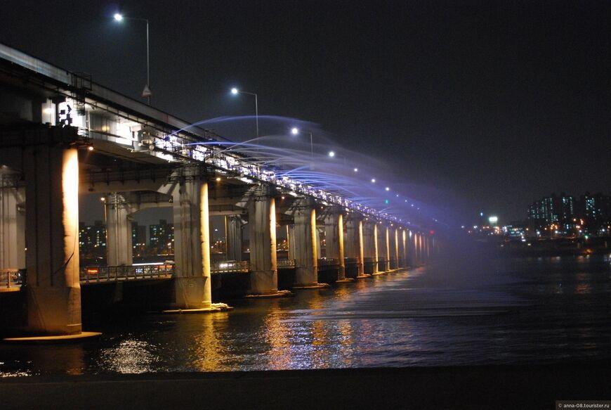 Мост Банпо в Сеуле и фонтан Лунная радуга