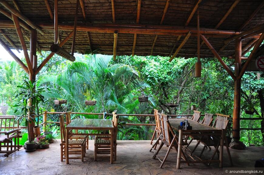 Уютные кафе как это - скорее исключение, чем правило. Одно на 50 км пути, но очень стильное и бамбуковое.