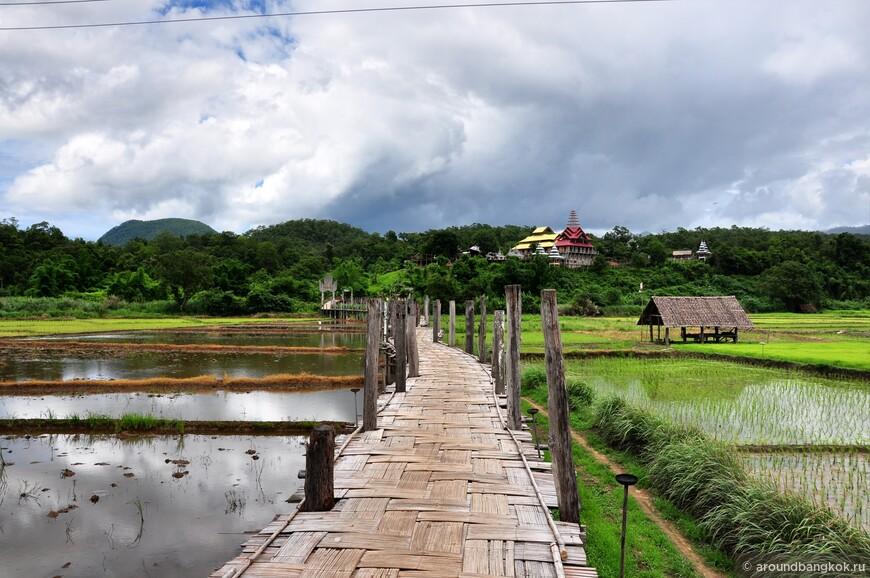 """Одно из стоящих места на """"кольце Ме Хонг Сон"""" - это живописный бамбуковый мост Су Тонг Пе, ведущий от вполне себе бирманского села к бирманскому же храму на холме."""