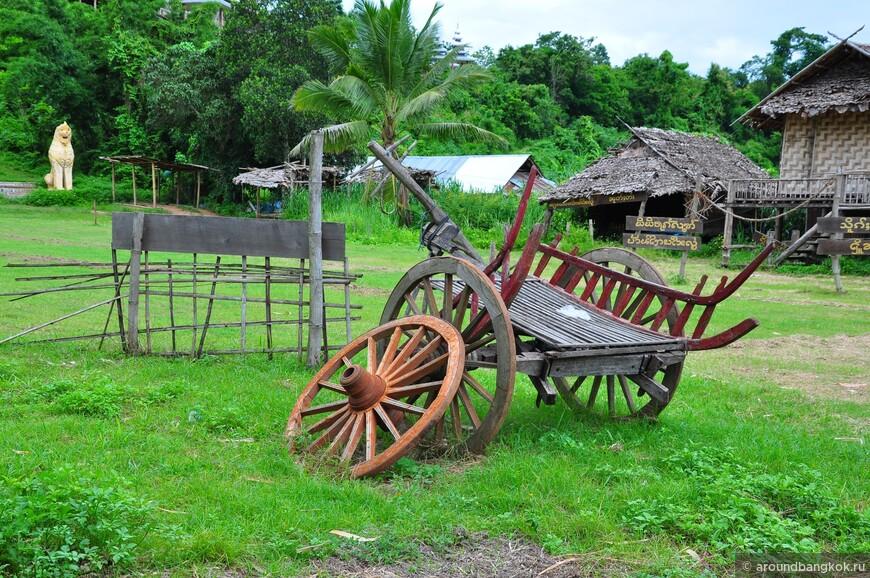 То-ли воссоздана, то-ли восстановлена атмосфера и быт сельской старины на лужайке при храме за мостом.