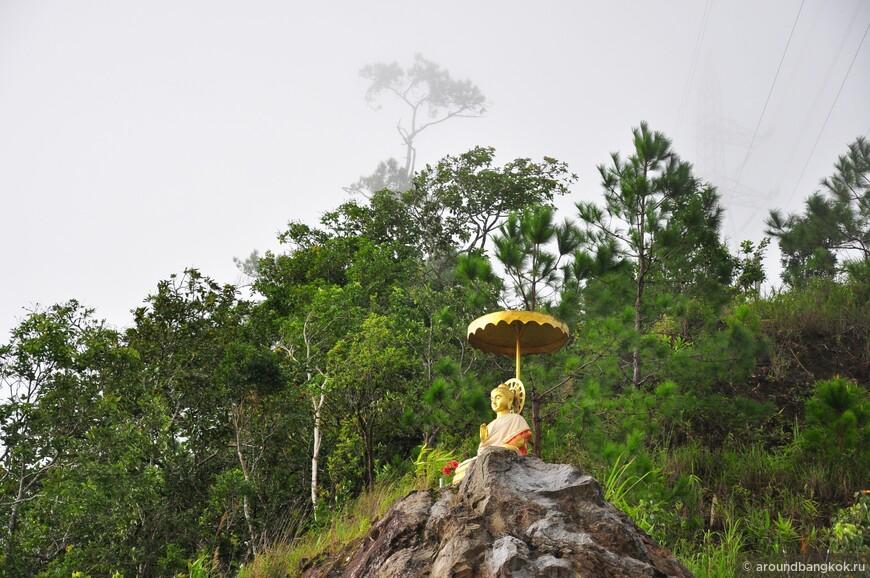 Тут можно попасть на перевал, где с одной стороны - сухо и солнечно, а с другой - ветер, серость и беспросветный ливень.