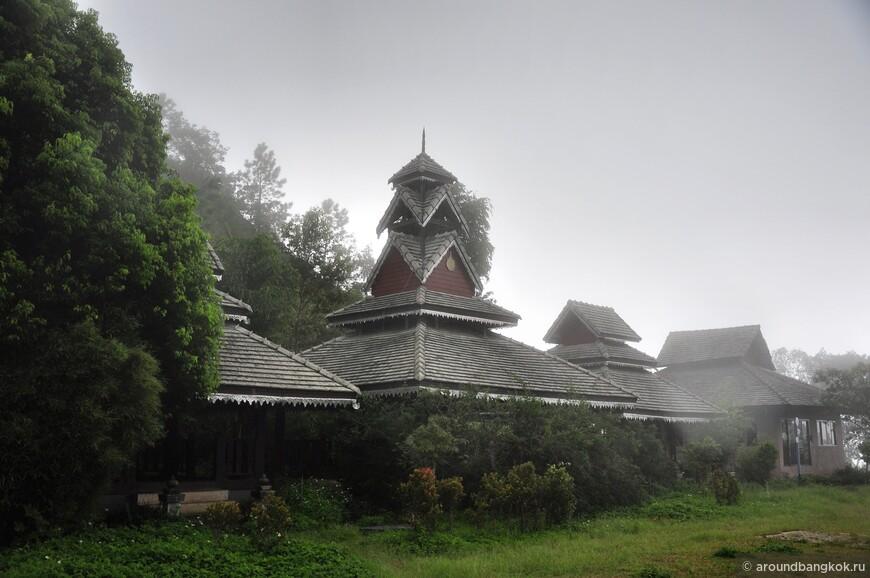 На перевели были построены и давно как забыты избушки. Смотрятся они уж больно необычного для Таиланда, среди холода, гор, ливня и тумана.