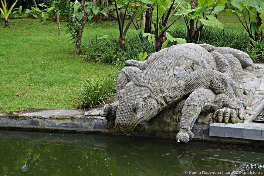 Скульптура комодского варана в лесу обезьян
