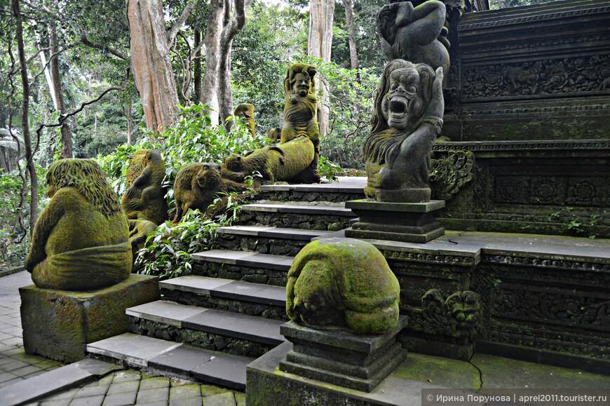 На территории леса находятся три храма, самый главный из которых, Pura Dalem Agung Padangtegal, посвящён богу Шиве и покровительствует миру мёртвых. Здесь также есть кладбище, где хоронят умерших в ожидании массовой кремации, которая проходит раз в 5 лет.
