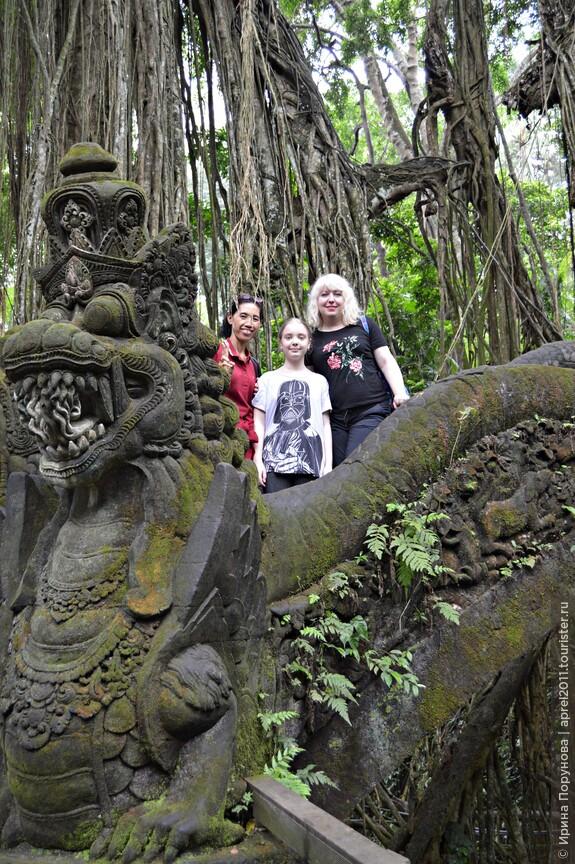 Наш гид Аю и мы в лесу обезьян