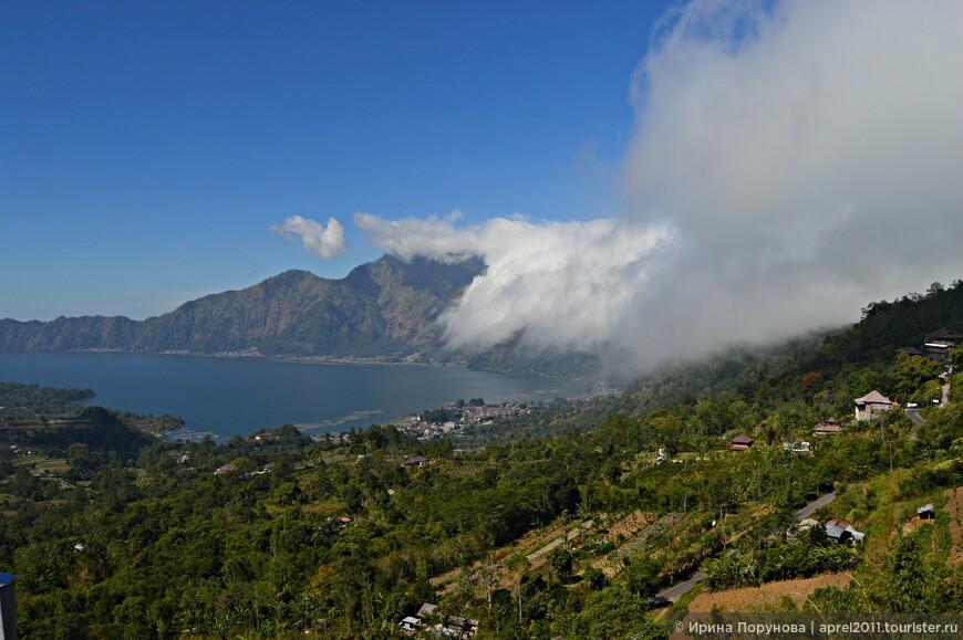 Любуясь панорамой вулкана и одноименного озера Батур, мы пообедали в ресторанчике.