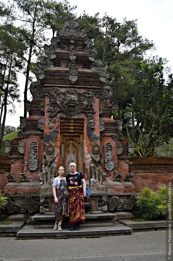 Название храма «Тирта Эмпул» переводится, как «Храм Священной Воды». Это один из почитаемых балийских храмов, имеющий на своей территории священный источник и три бассейна для очищающих омовений. Перед посещением храма необходимо облачиться в саронг.