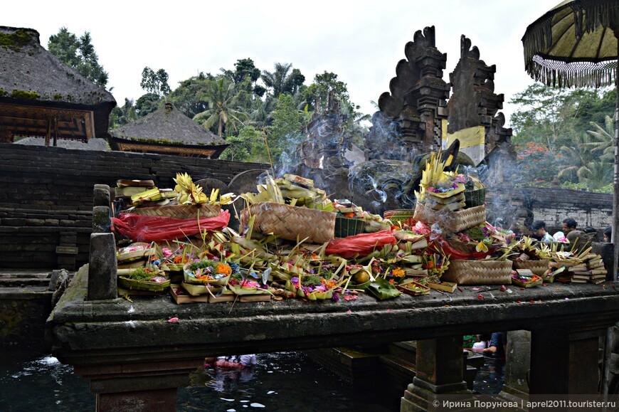 Местные жители привозят к источникам подношения в виде бамбуковых корзинок «чананг» разнообразных размеров, куда кладут рис, сладости, цветы и деньги.