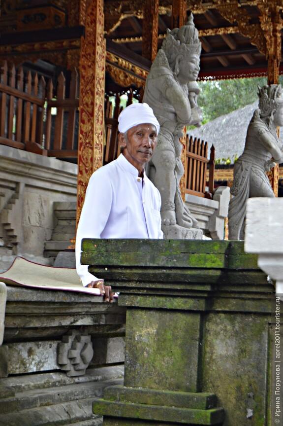 Священник в храме Tirta Empul