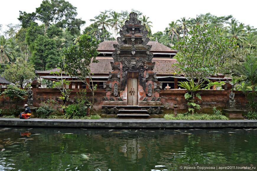 На Бали особенно почитаются храмы, имеющие свой источник воды, а также храмы, расположенные вблизи озера или океана. Стихия воды балийцами глубоко почитаема. В древности их религия называлась «Агама Тирта» или «Религия священной воды».