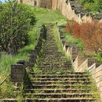 Как раз у начала этой лестницы нам и остановили бородатые дагестанцы, извиняясь, что очень спешат и не могут подвести нас еще выше, ближе к входу в крепость.
