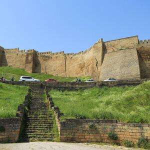 Перед входом в крепость на самом верху есть парковка.