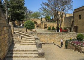 Справа-здание ханской канцелярии, сейчас там музей. По центру фото руины и остатки ханского дворца.