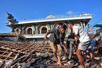 Число жертв землетрясения в Индонезии возросло до 347 человек