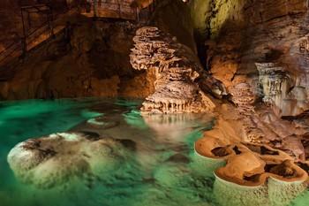 Во Франции испанских туристов заперли в пещере