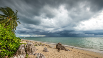 Российских туристов эвакуируют на юге Таиланда из-за штормов