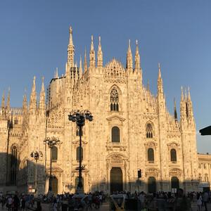 Кафедральный собор Милана в лучах солнца.