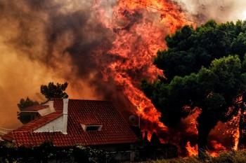 С греческого острова Эвбея эвакуируют людей из-за пожаров