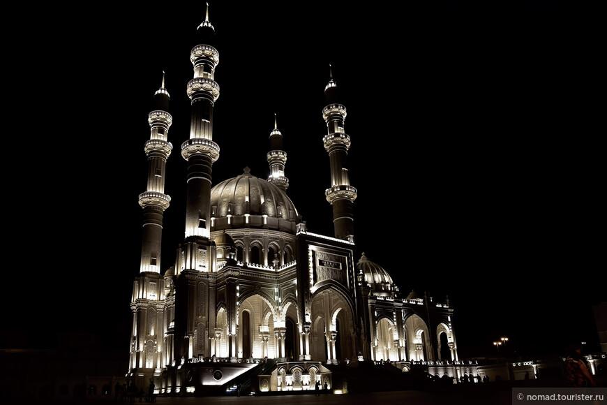 Возвращаясь с Янардага, мы попросили отвезти нас к мечети Гейдара Алиева.