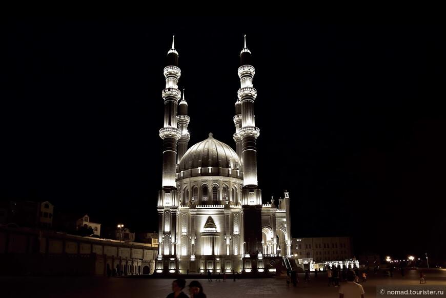 В ночной подсветке мечеть выглядела легкой и воздушной.