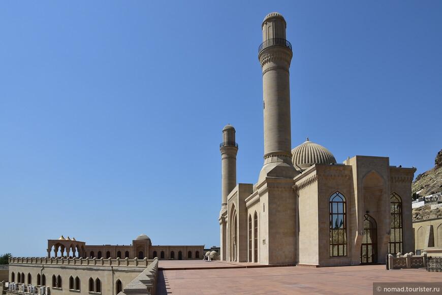 Современная мечеть была построена 19 лет назад на месте древней мечети, взорванной в 1936 году.