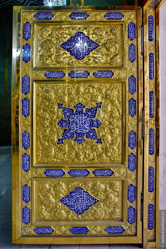 Мечеть состоит из трех основных помещений – мужского и женского молельных залов по бокам, и мавзолея-усыпальницы Укеймы-ханум посередине.