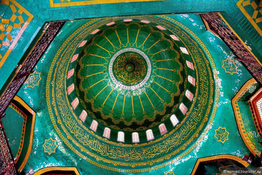 Внутри мечеть отделана зелеными и бирюзовыми зеркалами с позолоченными узорами и позолочеными-же сурами из Корана.