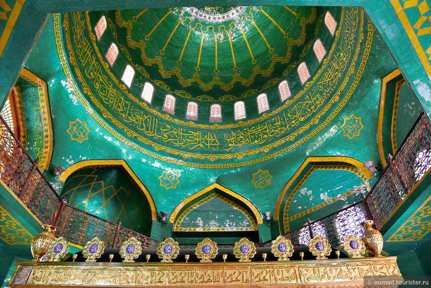 Откровенно говоря, внутреннее убранство мечети поражает. Это если мягко сказать. Там вполне можно фотографировать, но на всякий случай можно спросить разрешения у кого-нибудь из ответственных лиц, которые очень доброжелательно относятся к русским туристам.