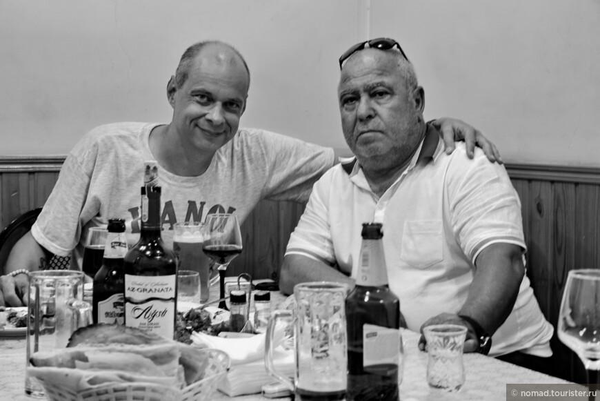 По возвращению из Гобустана, наш водитель Мехман узнав, что у меня сегодня день рождения, практически в приказном порядке сказал, что он не может пропустить такое событие. Мы заехали к нему домой, он оставил машину, взял такси, и привез нас в какое-то совершенно локальное кафе, где мы под пиво, вино и водку (кто под что), ели ВКУСНЕЙШИЕ люля и прочие деликатесы, которые мы вряд ли бы заказали себе сами. Словом, мой день рождения прошел в веселой, теплой и дружественной атмосфере, чего не было уже довольно давно!