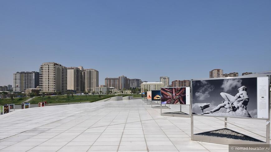 На следующий день, в понедельник, мы взяли такси, и приехали посмотреть на самое необычное здание, боюсь, что не только в Баку – центр Гейдара Алиева. На площади перед зданием была выставка фотографий – люблю такие уличные выставки.