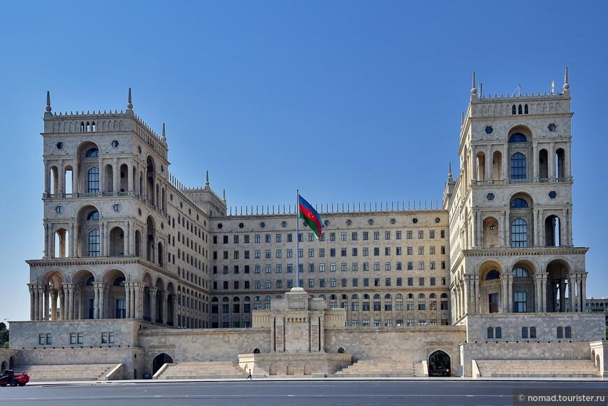 Мы прошлись вдоль широкой улицы, идущей параллельно набережной – тут, лицом к Каспию, стоит Дом Правительства, в этаком сталинском стиле.