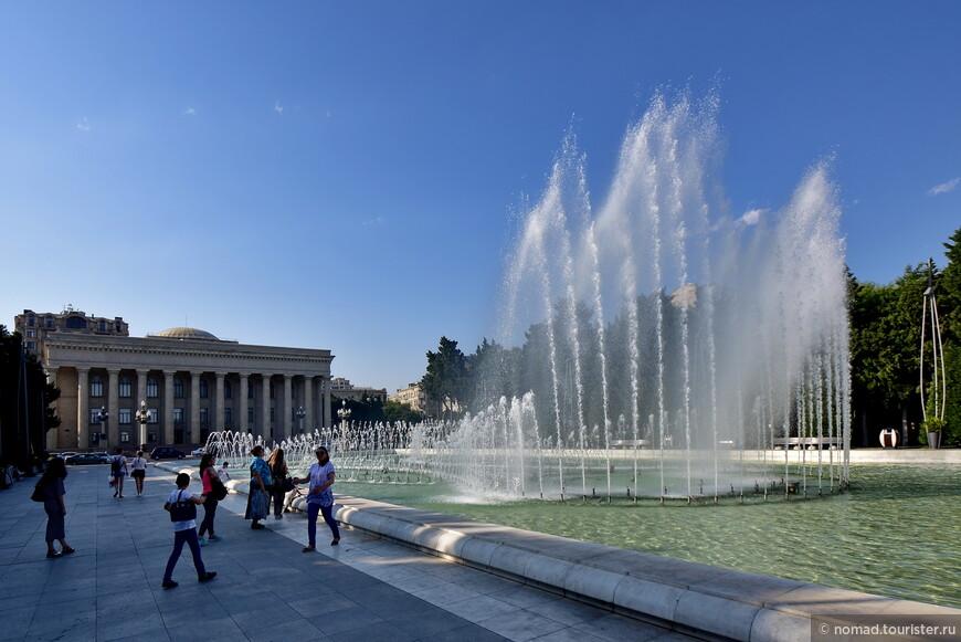 Сравнивая столицу Азербайджана с недавно посещенной мной столицей Грузии, мне пришло в голову, что Тбилиси похож на этакие домашние тапочки, мягкие и уютные. А Баку на новые модные ботинки из крокодиловой кожи, сшитые точно по ноге. Надеюсь вы поймете, что я имею в виду.  Продолжения следуют... )))