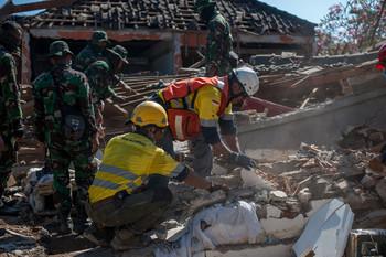 В Индонезии продолжаются подземные толчки
