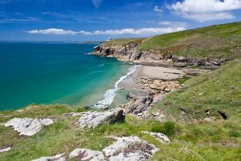 Британский турист вернул на пляж украденную гальку, чтобы избежать штрафа