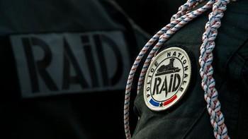 В Париже террорист с ножом напал на людей