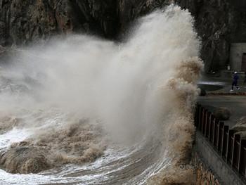 На Владивосток надвигаются два тайфуна с четырехметровыми волнами