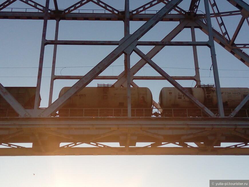 Речники считают, что если загадаешь желание в момент когда проходишь под мостом в момент когда по нему идет поезд, то оно обязательно сбудется. Загадали.