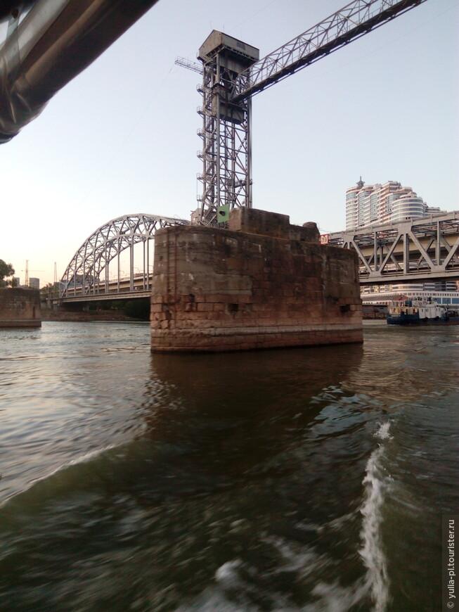 Сохранившийся фундамент предыдущего моста