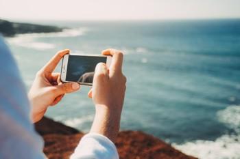 Большинству туристов телефон на отдыхе нужен только в качестве фотокамеры