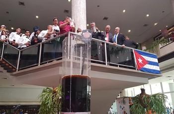 ВГаване приготовлен самый большой вистории коктейль «Куба Либре»